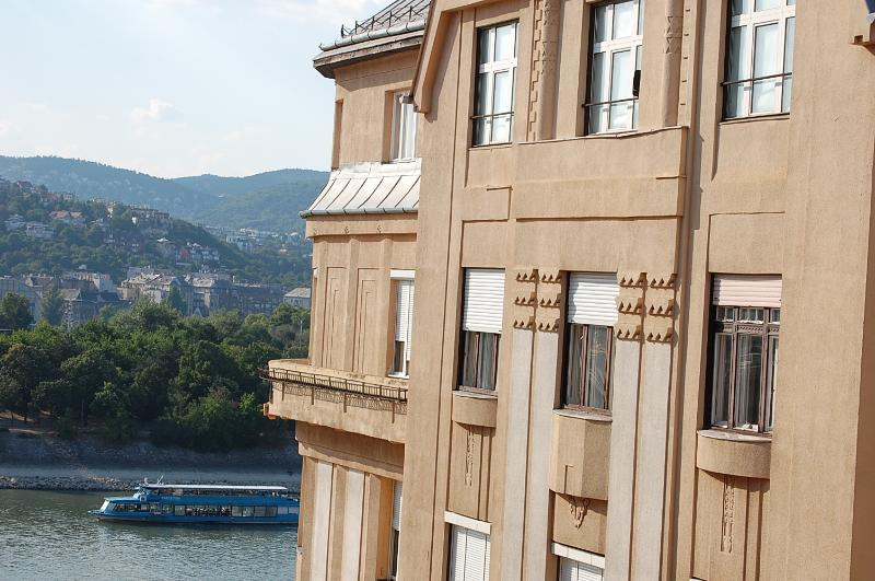 the apartment window view - Danube river view 2 bedroom topfloor apartment +AC - Budapest - rentals