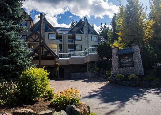 Recently upgraded,Beautiful Mt views, big hot tub in lodge,free parking, wifi - Image 1 - Whistler - rentals