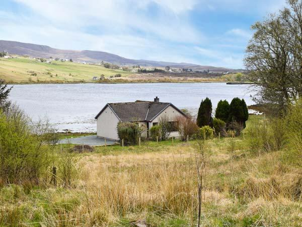 WOODLANDS COTTAGE, detached cottage on the banks of Loch Snizort, ground floor, open fire, beautiful views, near Portree, Ref 915282 - Image 1 - Portree - rentals