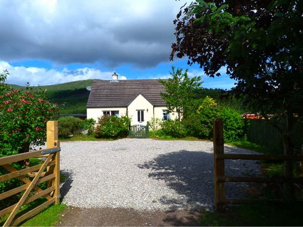 COSY COTTAGE, detached bungalow, open fire, pet-friendly, near Cannich and Inverness, Ref 924176 - Image 1 - Cannich - rentals