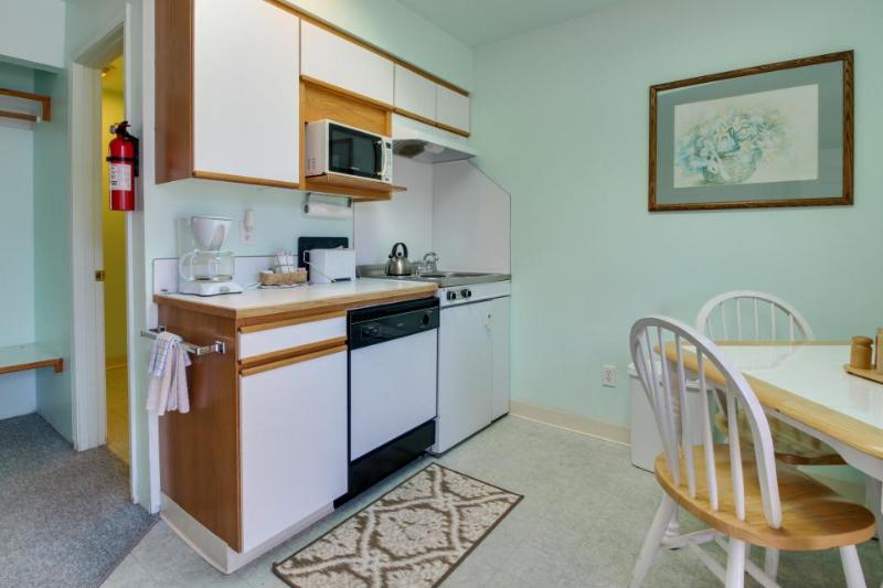 Affordable studio w/ entertainment & easy beach access - great location! - Image 1 - Seaside - rentals