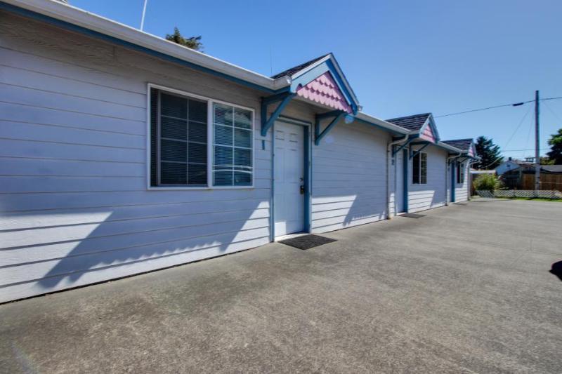 Three cozy studios 5 blocks from the beach & Promenade! - Image 1 - Seaside - rentals