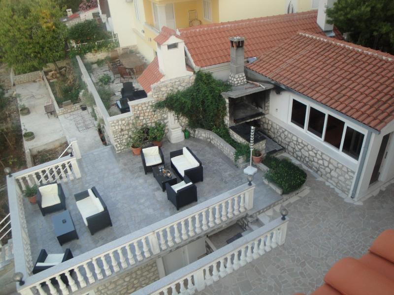 A(4+1): common terrace (house and surroundings) - 5988 A(4+1) - Okrug Donji - Okrug Donji - rentals