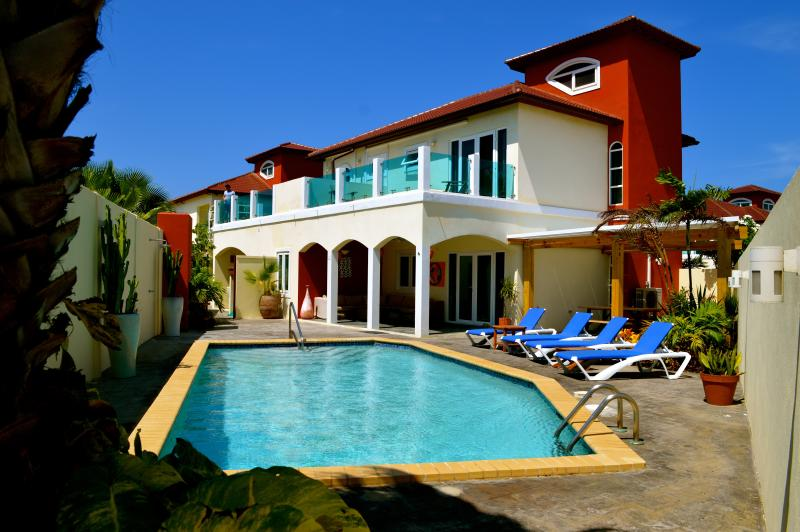 Swimming pool, lounge chairs, lounge set and BBQ - The Best 10 persons Villa at Palm Beach Aruba - Noord - rentals