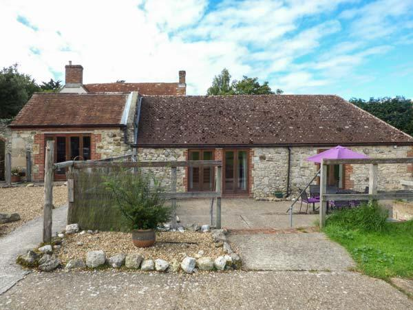 STABLE COTTAGE, stable conversion, en-suite, lawned garden, pet-friendly, in Freshwater, Ref 918785 - Image 1 - Freshwater - rentals