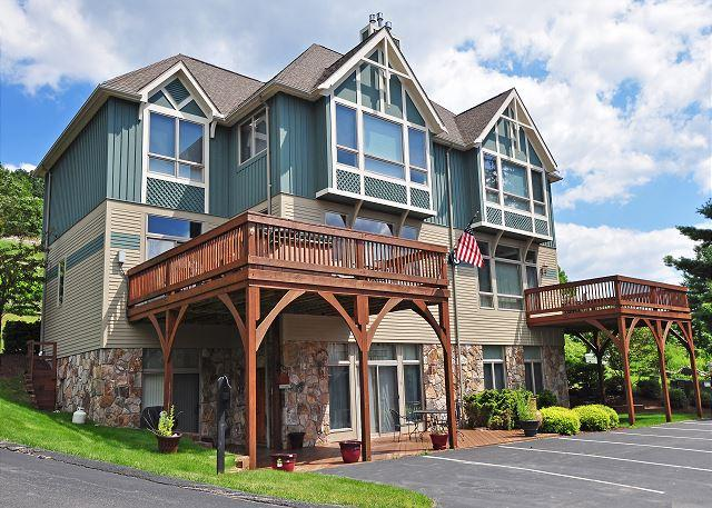 Exterior - Stylish & Luxurious 4 Bedroom townhome just minutes from all lake activities! - McHenry - rentals