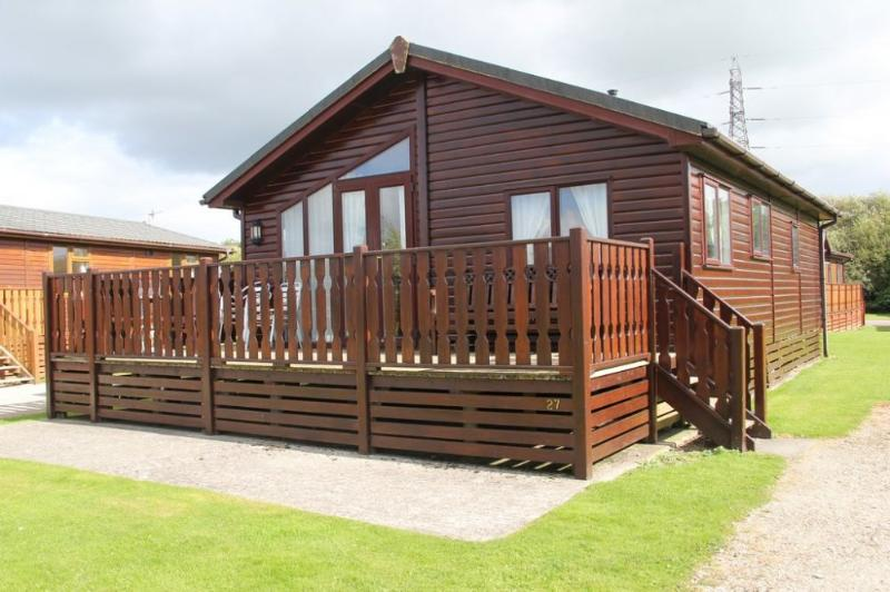 GRESSINGHAM LODGE, South Lakes Leisure Village, Carnforth - Image 1 - Yealand Conyers - rentals
