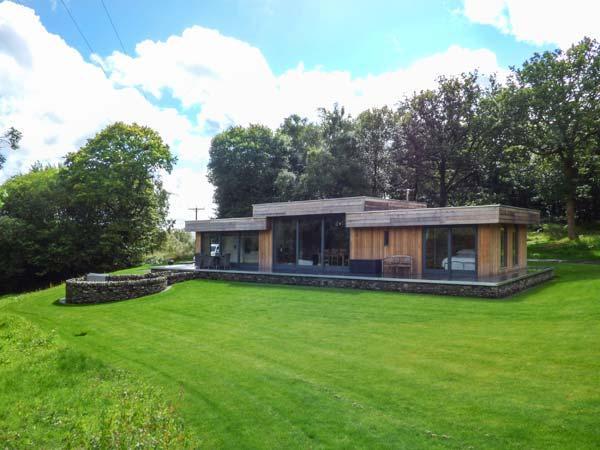 NEDDY CUT, luxury detached cottage, hot tub, woodburner, en-suites, parking, patio, in Backbarrow, Ref 928182 - Image 1 - Backbarrow - rentals