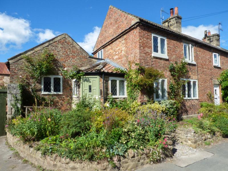THE RIDINGS, pet-friendly cottage with woodburner, WiFi, moments from amenities and walks, beautiful accommodation, Wath, Ref. 928081 - Image 1 - Wath - rentals