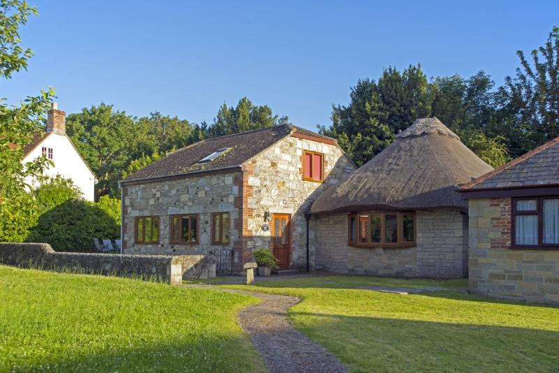 The Barn House located in Freshwater & West Wight, Isle Of Wight - Image 1 - Freshwater - rentals