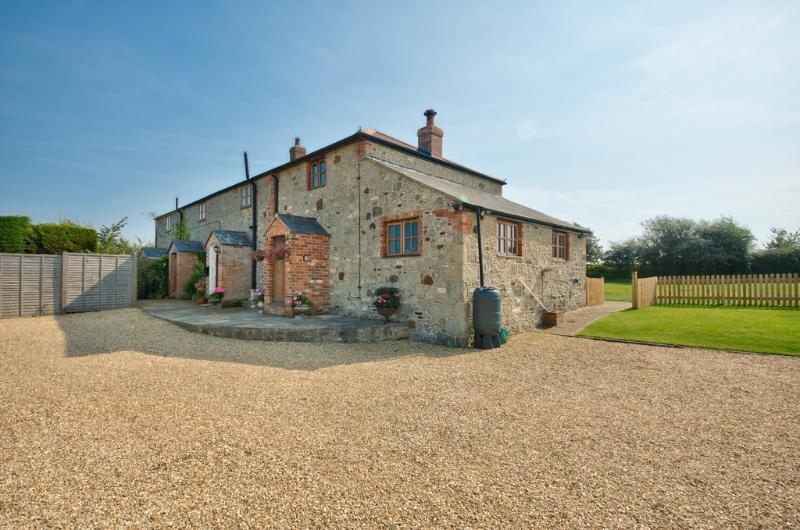 2 Ivy Cottages located in Shorwell, Isle Of Wight - Image 1 - Newport - rentals