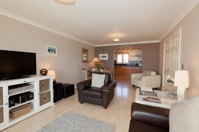 2 Headland Point located in Newquay, Cornwall - Image 1 - Newquay - rentals