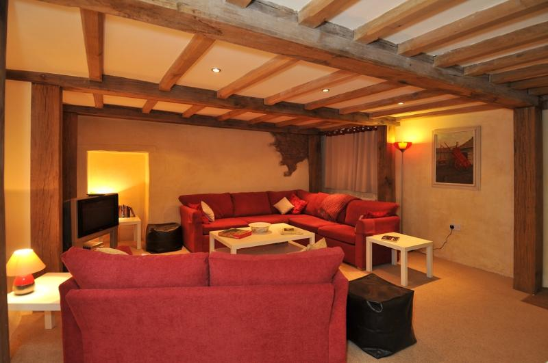 The Threshing Barn, Old Manor Farm located in Torquay, Devon - Image 1 - Torquay - rentals