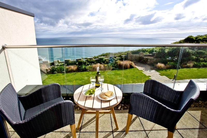 Apartment 6, Gara Rock located in East Portlemouth, Devon - Image 1 - East Portlemouth - rentals