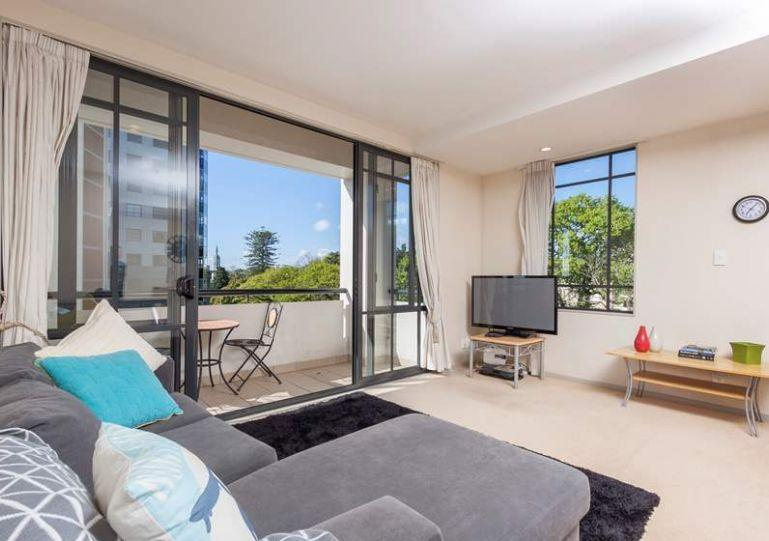 Open plan living area - 3rd Floor Corner Serviced Apartment in the Connaught Residences, Auckland University - Albany - rentals
