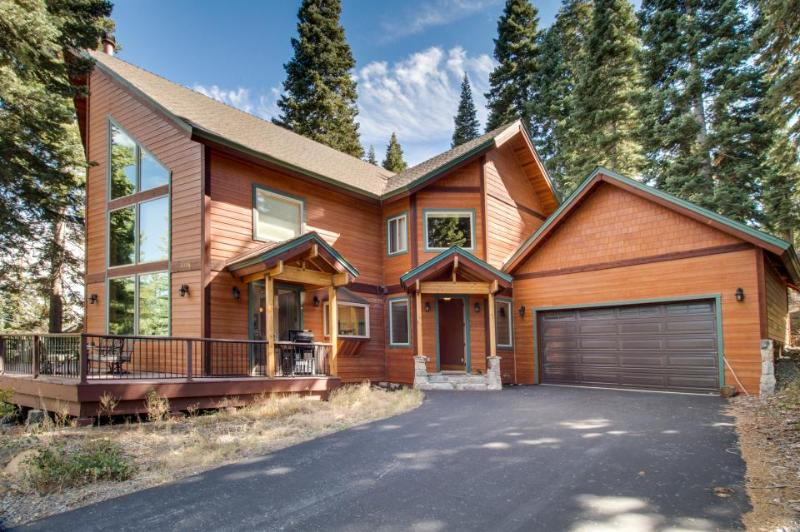 Lovely home w/ cathedral ceilings, access to shared pools, hot tubs & gym! - Image 1 - Truckee - rentals