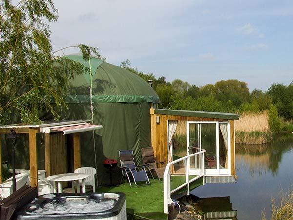 SECRET ISLAND YURT, hot tub, sauna, roll-top bath, lakeside yurt in Beckford, Ref. 921614 - Image 1 - Beckford - rentals