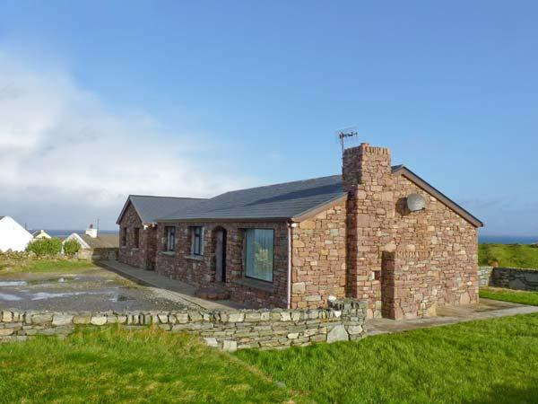 THE STONE COTTAGE APARTMENT, pet welcome, WiFi, amazing views from garden, in Tully in County Galway, Ref 928419 - Image 1 - Tully - rentals