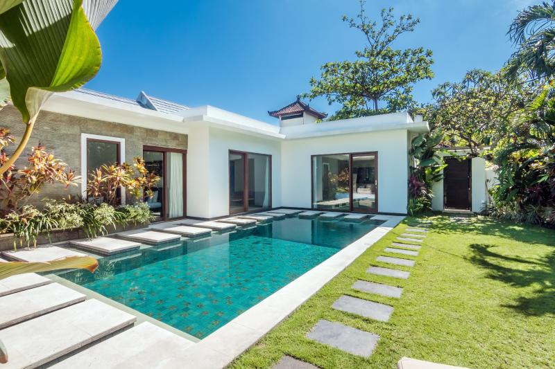 Pool area - VILLA LA, 3 BR LUXURY VILLA WITH JACUZZI IN LEGIAN - Seminyak - rentals