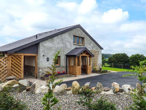TYN Y CELYN UCHAF, luxury cottage with hot tub, woodburner, en-suites, WiFi, views, close to Ruthin Ref 922376 - Image 1 - Ruthin - rentals