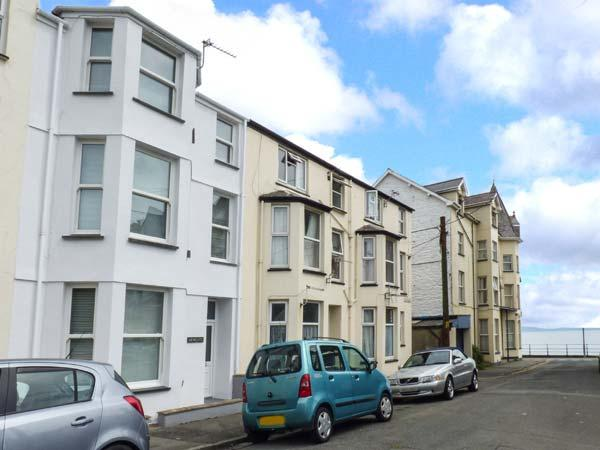Y CASTELL APARTMENT 1, ground floor, seafront 1 min walk, ideal for a couple, in Criccieth, Ref 926578 - Image 1 - Criccieth - rentals