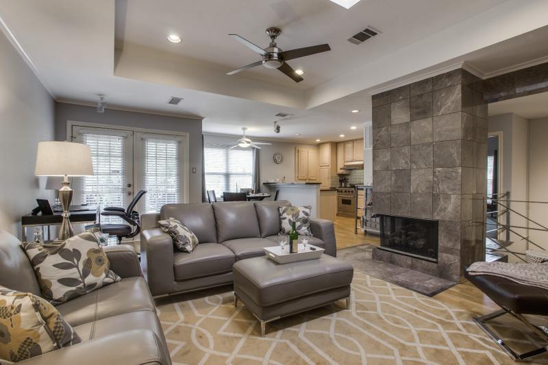 Bright Open Concept Living Area With Luxury Leather Furniture - C'est Chic Duplex Townhouse In Oak Lawn - Dallas! - Dallas - rentals
