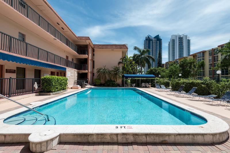 The Pool - Beautiful apartment - Beach & Shops - Sunny Isles Beach - rentals