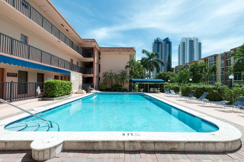 The Pool - Great apartment closed to the Beach - Sunny Isles Beach - rentals