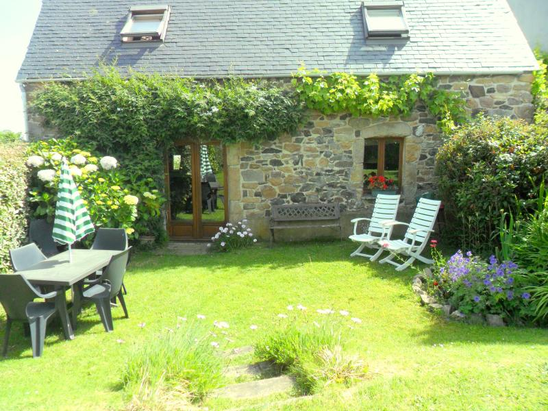 The cottage has a sunny enclosed and private garden - Cute seaside cottage set in prize-winning gardens - Plougasnou - rentals