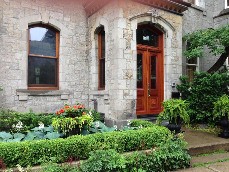 Front Entrance - Beautiful Downtown Montreal 2 Bedrooms, Sleeps 6 - Westmount - rentals