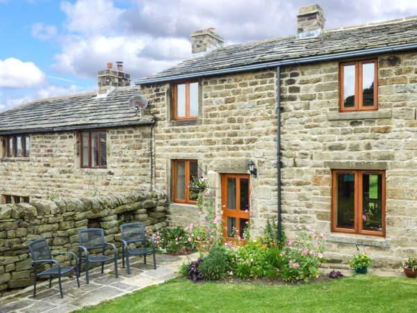 CURLEW COTTAGE, mid-terrace, three bedrooms, woodburner, WiFi, enclosed garden, in Silsden, Ref 915699 - Image 1 - Silsden - rentals