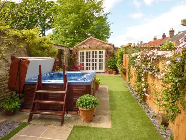 BEECH VIEW hot tub in private courtyard, set in hotel's grounds in Malton Ref 924671 - Image 1 - Malton - rentals