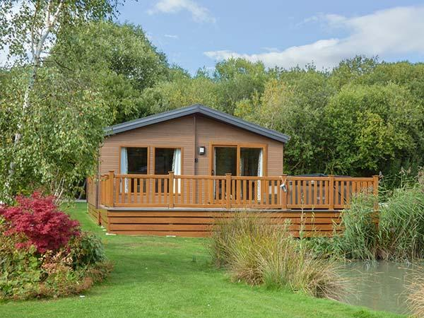 9 BULLRUSH, all ground floor lodge, hot tub, leisure facilities, Tattershall, Ref 929961 - Image 1 - Tattershall - rentals