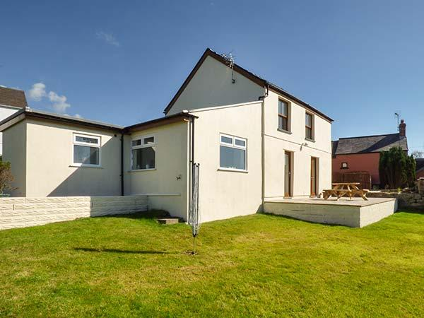 CLEVELAND, large enclosed garden, WiFi, sea views, in Llangennith, Ref 927081 - Image 1 - Llangennith - rentals