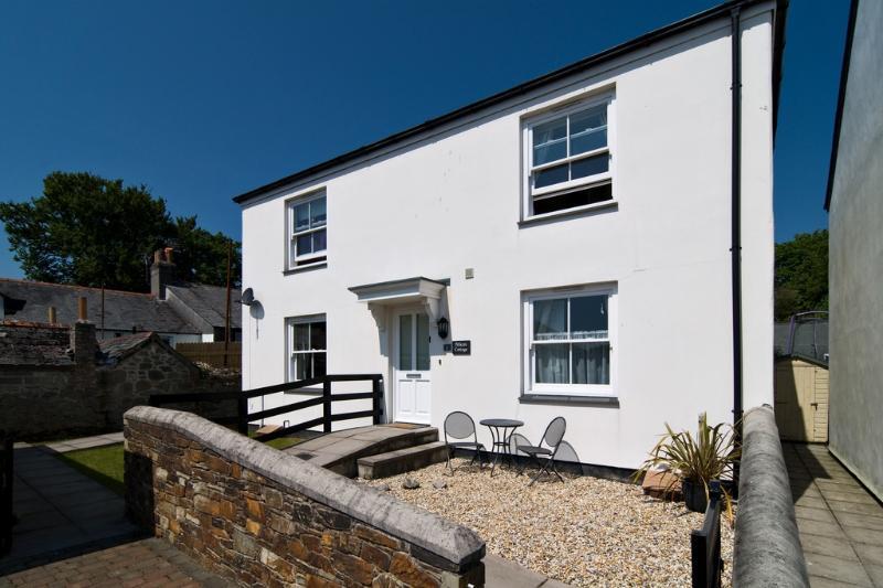 Pelican Cottage, Charlestown located in Charlestown, Cornwall - Image 1 - Saint Austell - rentals