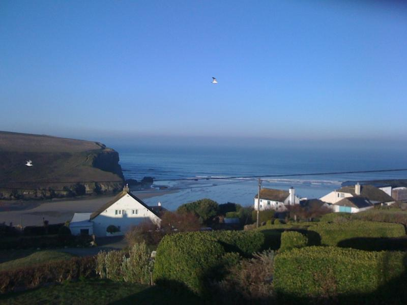 Ocean View located in Mawgan Porth, Cornwall - Image 1 - Trenance - rentals