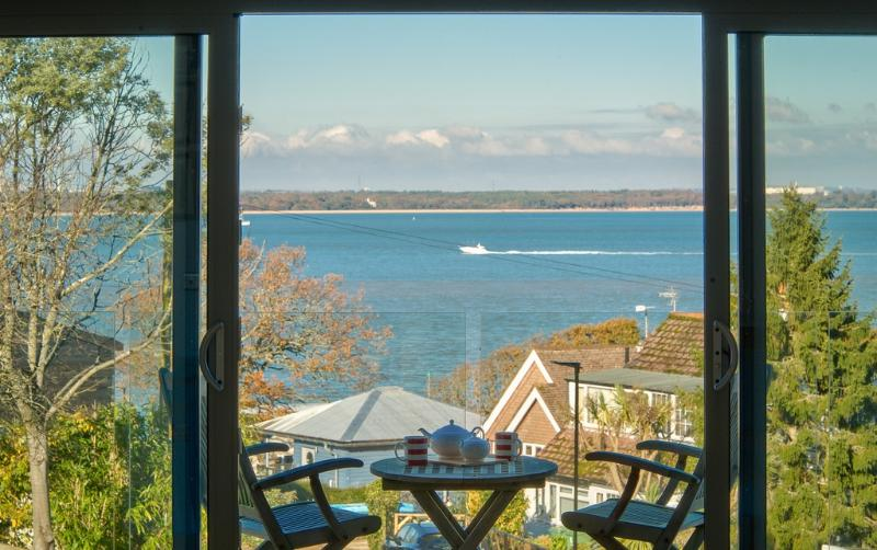 Solent Lawns located in Cowes, Isle Of Wight - Image 1 - Cowes - rentals