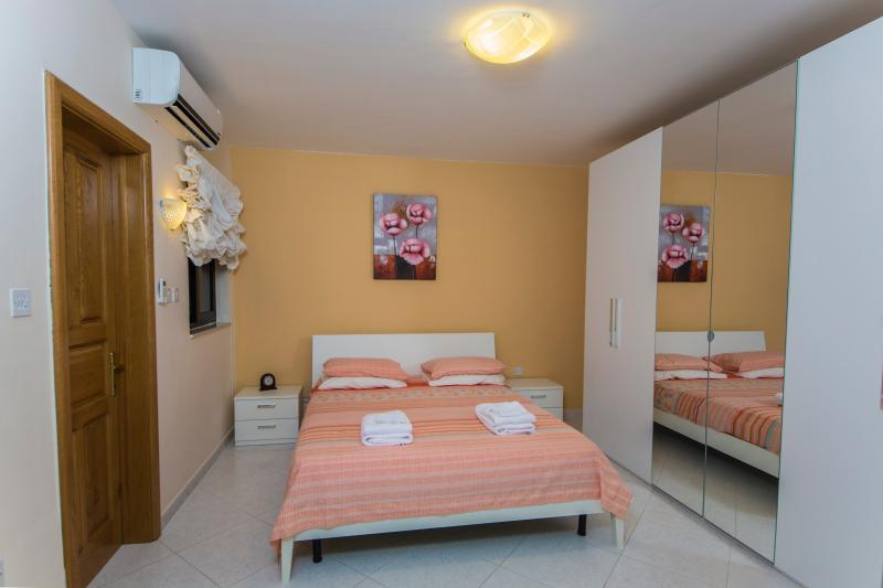 Main Bedroom with en Suite shower and toilet - Periwinkle Holiday Apartment - Saint Paul's Bay - rentals