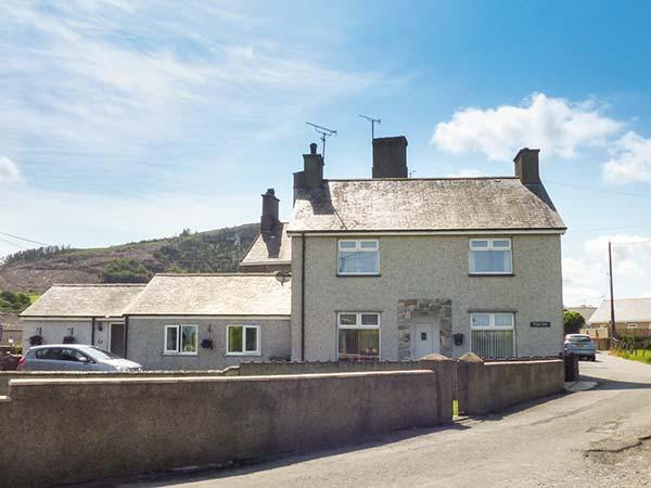RHUG VILLA, comfy cottage near beach, pub, coastal walks, Nefyn Ref 927106 - Image 1 - Nefyn - rentals