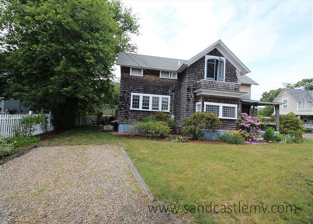 CLASSIC AND CHARMING COTTAGE WALKING DISTANCE TO THE BEACH AND TOWN - Image 1 - Oak Bluffs - rentals