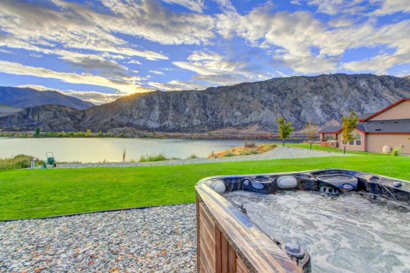 Riverfront ranch w/private hot tub & patio on the Columbia! - Image 1 - Chelan Falls - rentals