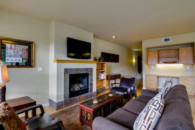 Shared pool & hot tub, beach access, views of the mountains! - Image 1 - Chelan - rentals
