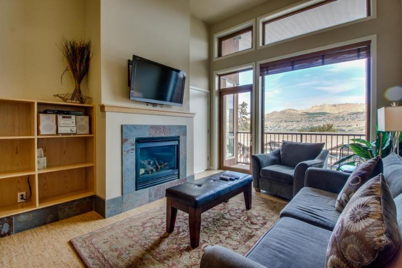 Luxurious condo with lake views plus shared pool and hot tub - Image 1 - Chelan - rentals