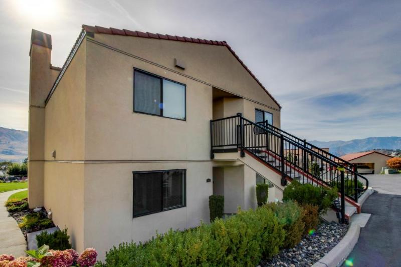 Bright condo with lake & mountain views, shared pools & hot tubs! - Image 1 - Chelan - rentals