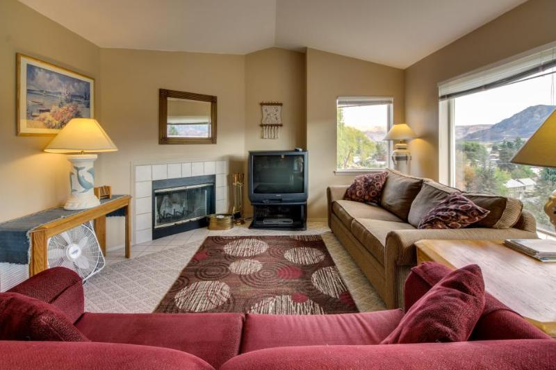 Third-floor corner condo w/stunning views + shared pool & hot tub! Lake nearby! - Image 1 - Chelan - rentals