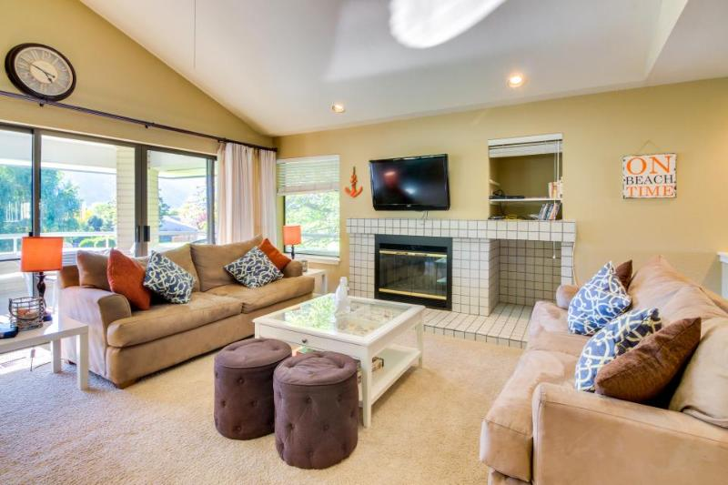 Modern townhouse with hot tub, shared pool, and private deck - Image 1 - Manson - rentals
