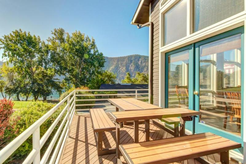 Spacious, modern lakefront home w/ private hot tub, shared pool & more! - Image 1 - Manson - rentals