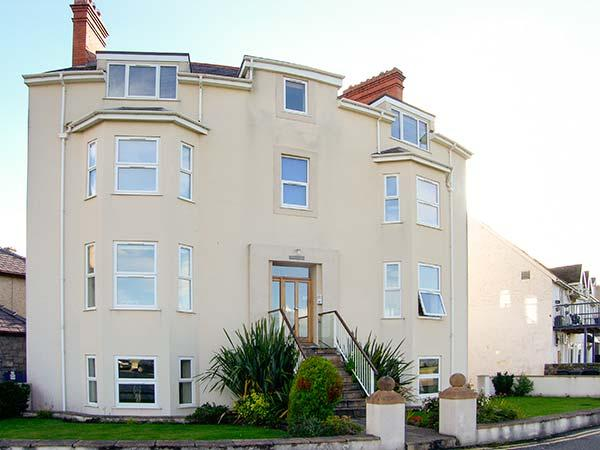 GWLANEDD ONE, seaside apartment, WiFi, coastal views, parking, balcony, in Llanfairfechan, Ref. 928529 - Image 1 - Llanfairfechan - rentals