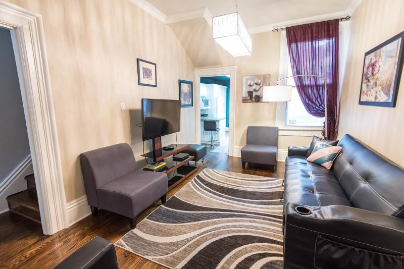 Living Room - 3 bedrooms Luxury Victorian Townhouse in Downtown Toronto - Toronto - rentals