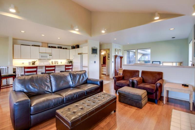 Modern home near Lake Chelan w/ a hot tub, pool & fireplace! - Image 1 - Manson - rentals